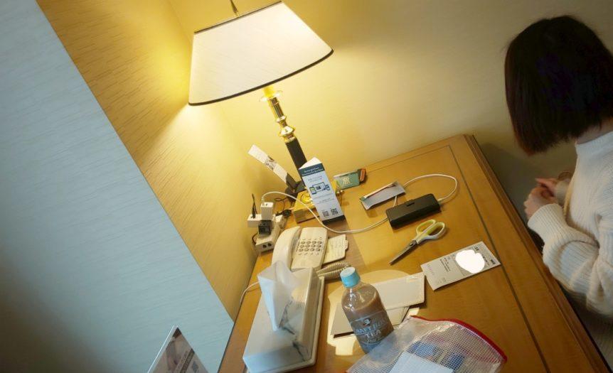 ホテルにて。旅先でもはがきを書いてしまう私。