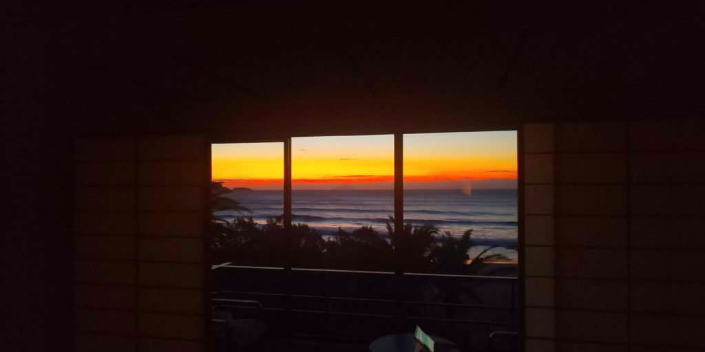 部屋越しの日の出